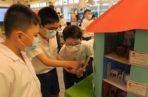 同學細心欣賞作品