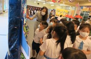老師為參觀學生視藝佳作展的同學作導賞